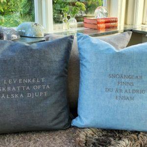 Kuddfodral med texten lev enkelt skratta ofta älska djupt från Stikkan Design