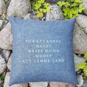 Kuddfodral från stikkan design med citat om havet