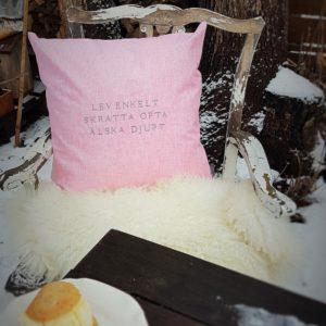 Rosa kuddfodral med citat från Stikkan Design