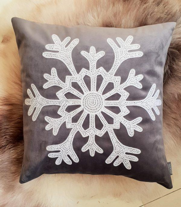 Kuddfodral i sammet med snöflinga från stikkan design