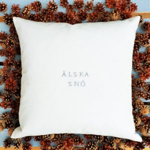Kuddfodral älska snö i vitt från stikkan design