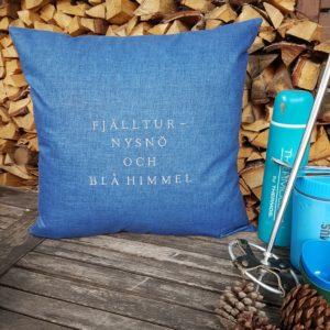 Kuddfodral fjälltur, nysnö och blå himmel stikkan design