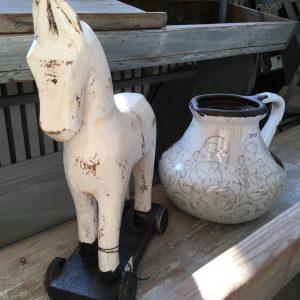 Trähäst på hjul vit