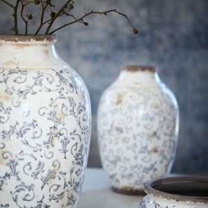 Urna med blommigt mönster i gammaldags stil