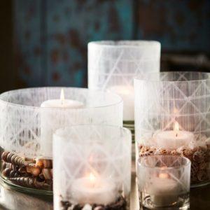 Ljuslykta i glas med vitt mönster