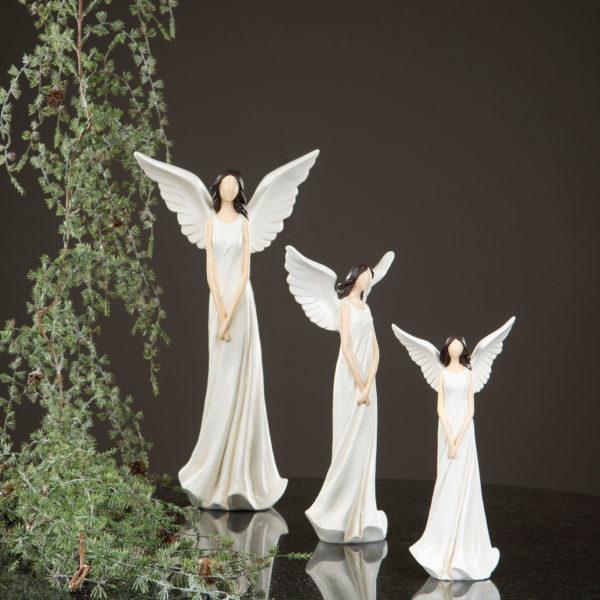 Ängel dekoration med en cremevit klänning