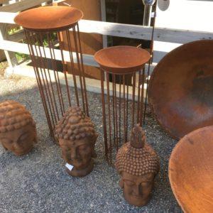 Piedestal i rostig metall med fat