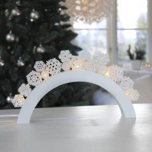 Vit adventsljusstake i trä med snöflingor