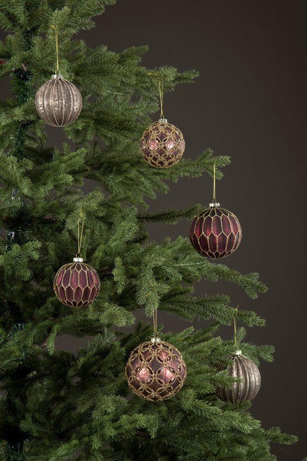 Julgranskulor i rödbrunt med glitte
