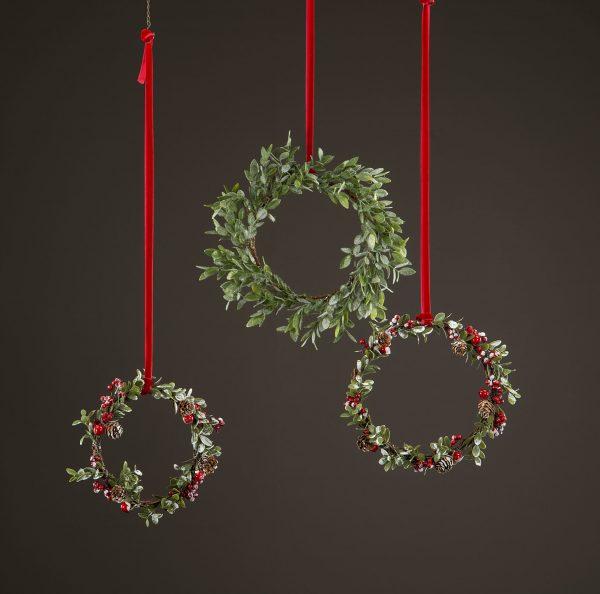 Julkrans med lingonris, bär och kottar