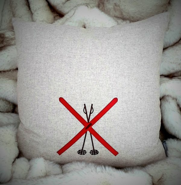 Kuddfodral i ull med korsade skidor och stavar