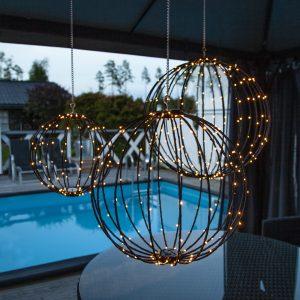 Hängande ljusklot med led belysning utomhus