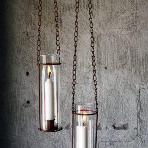 Hängande ljusstake i rostig metall med stormglas och kedja