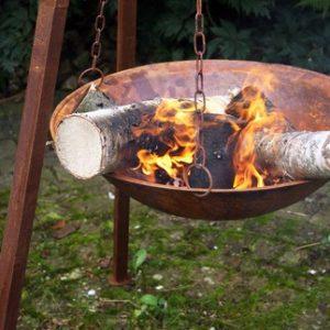 Rustik rostig eldskål /eldfat hängande i ställning. Mått: H 120 cm x B 90 cm ( fatet mäter 58 cm i diameter ) Material: Rostig metall OBS! ENDAST FÖR AVHÄMTNING I VÅRAN BUTIK I SKELLEFTEÅ!