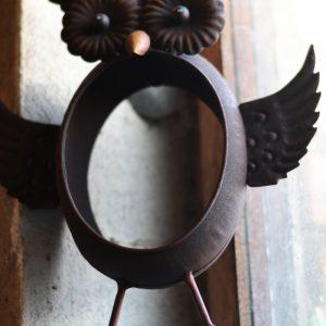 Fågelmatare uggla i rostig metall
