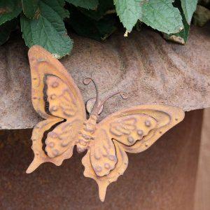 Fjäril med magnet i rostig metall