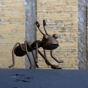Myra magnet i rostig metall