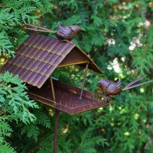Fågelhus på pinne i rostbrun metall