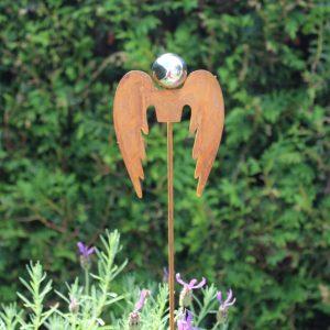 Trädgårdsdekoration rostig stick ängel med silverklot