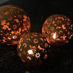 Trädgårdsklot dekorationsklot rostig metall solblomma marschallhållare