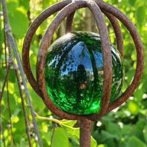 Trädgårdsdekoration rostig metall med grön glaskula