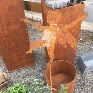 Trädgårdsdekoration peter pan och tingeling i rostig metall på pinne