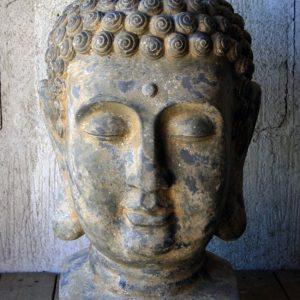 Buddhahuvud i antikgrått trädgårdsdekoration