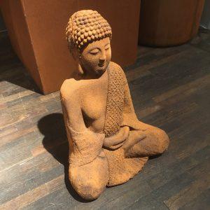 Buddha sittande trädgårdsdekoration i rost