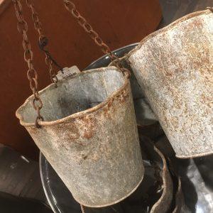 Hängande ampel i zinkgrå metall med inslag av rost