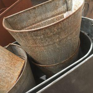 Väggkruka i zinkgrå rostig metall