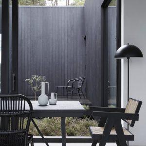 Matbord i svart teak och metall industristil
