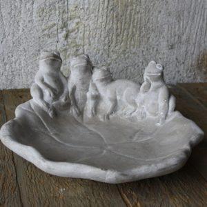 Fågelbad med grodor i grå cement