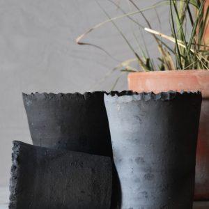 Kruka svart rakubränd lera taggig kant