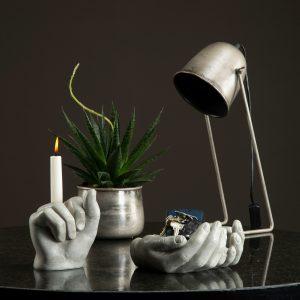 Bordslampa i industrigrå metall