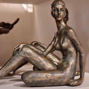 Staty sittande kvinna i brons