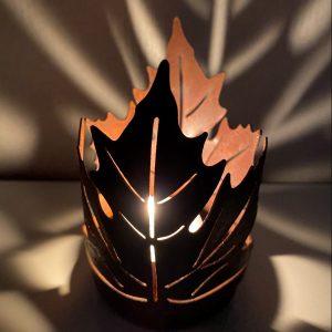 Ljuslykta med lönnblands mönster i rostig metall