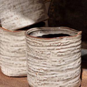 Kruka i creme med oregelbunden kant
