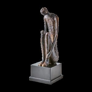 Staty sittande man