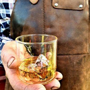 Whiskeyglas med ingjutet fjäll i botten